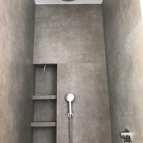 Duschvergnügen in Steingrau